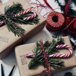 Новогодние украшения 2019: подарочная упаковка с веткой и конфетой