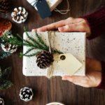 Новогодние украшения 2019: подарочная упаковка с шишками