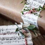 Новогодние украшения 2019: упаковка подарков с нотами