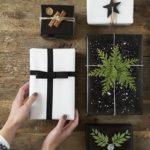 Новогодние украшения 2019: черная и белая подарочная упаковка