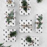 Новогодние украшения 2019: подарок в белой бумаге с елками