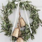 Новогодние украшения 2019: рождественский венок с тремя колокольчиками