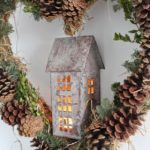 Новогодние украшения 2019: новогодний венок в форме сердца с домиком