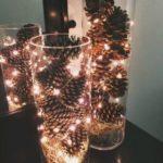 Новогодние украшения 2019: вазы с шишками и гирляндой