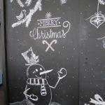 Новогодние украшения 2019: меловой рисунок снеговик