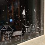 Новогодние украшения 2019: рисунок домики на окне