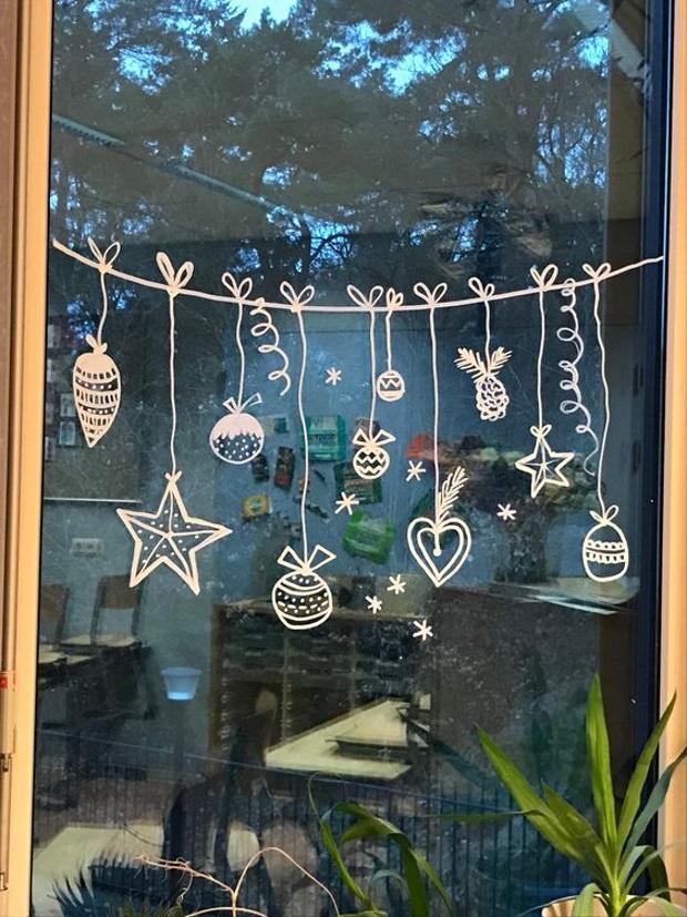 Новогодние украшения 2019: рисунок на окне - гирлянда