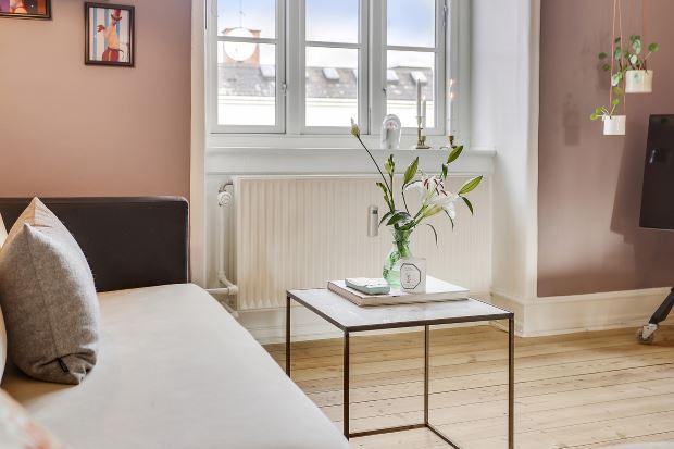 Квартира в скандинавском стиле в Копенгагене: цветы в гостиной