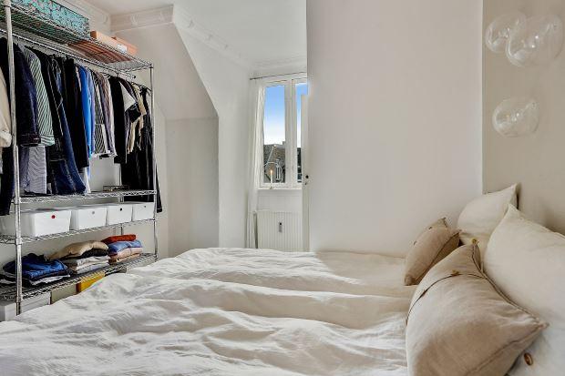 Квартира в скандинавском стиле в Копенгагене: открытая система хранения в спальне