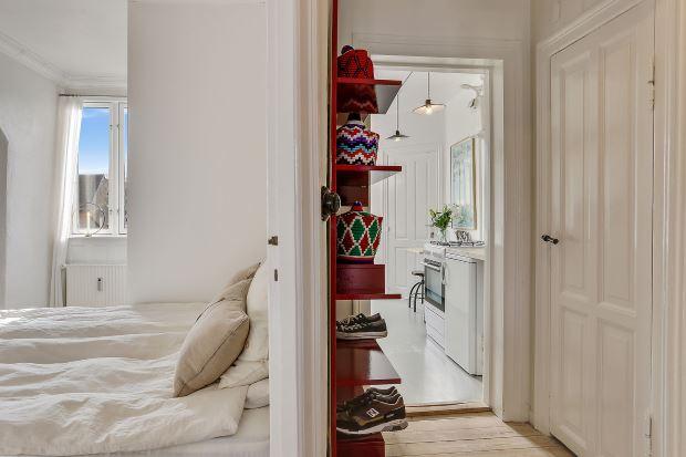 Квартира в скандинавском стиле в Копенгагене: полки в прихожей