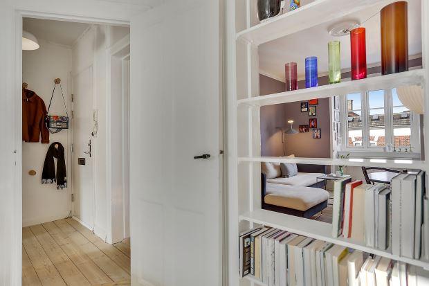 Квартира в скандинавском стиле в Копенгагене: полки в дверном проеме