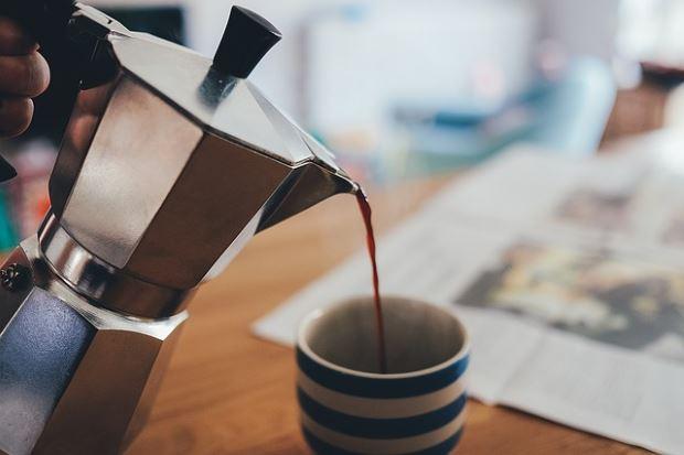 Фика; кофе льется из кофейника