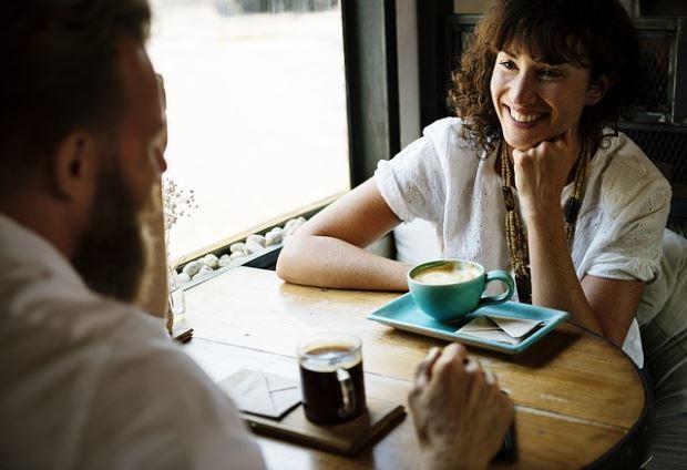 Фика: парень и девушка в кафе