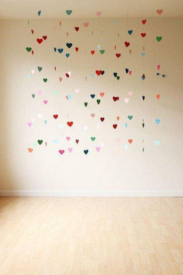 Идеи на День Святого Валентина: сердечки подвешены к потолку