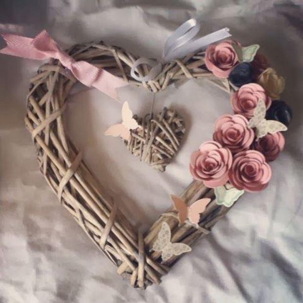 Идеи на День Святого Валентина: венок сердце и веток и роз
