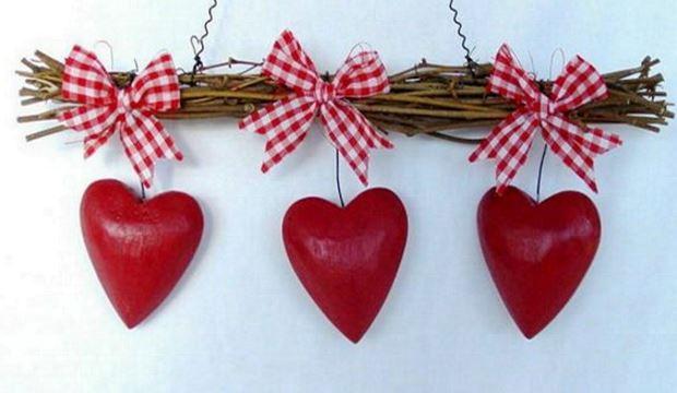 Идеи на День Святого Валентина: сердечки подвешены на бантики