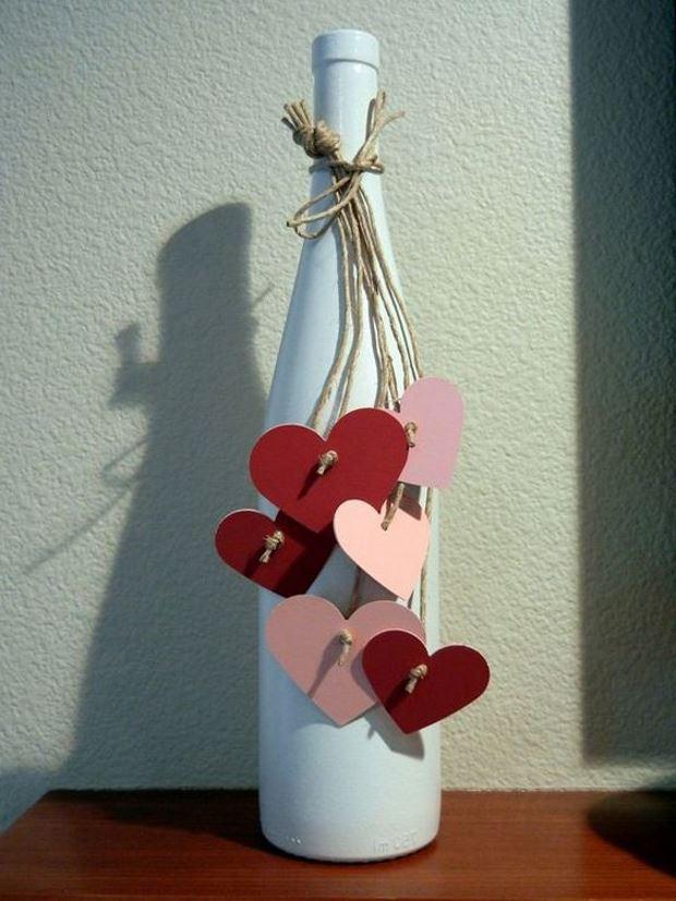 Идеи на День Святого Валентина: белая бутылка с сердечками на веревках