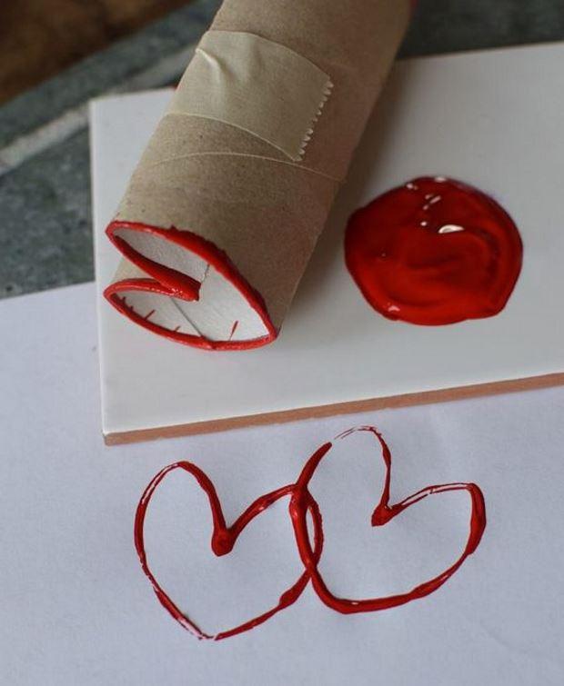 Идеи на День Святого Валентина: как нарисовать сердечки с помощью втулки от туалетной бумаги