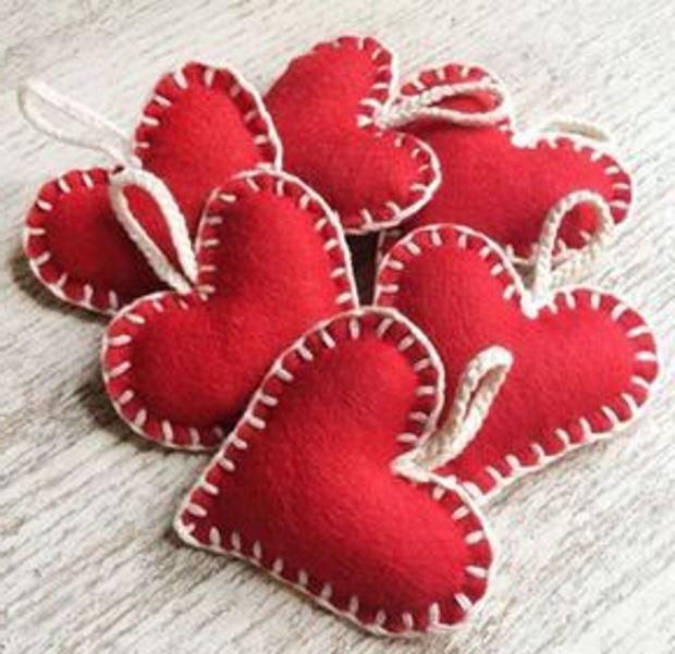 Идеи на День Святого Валентина: красные фетровые сердечки