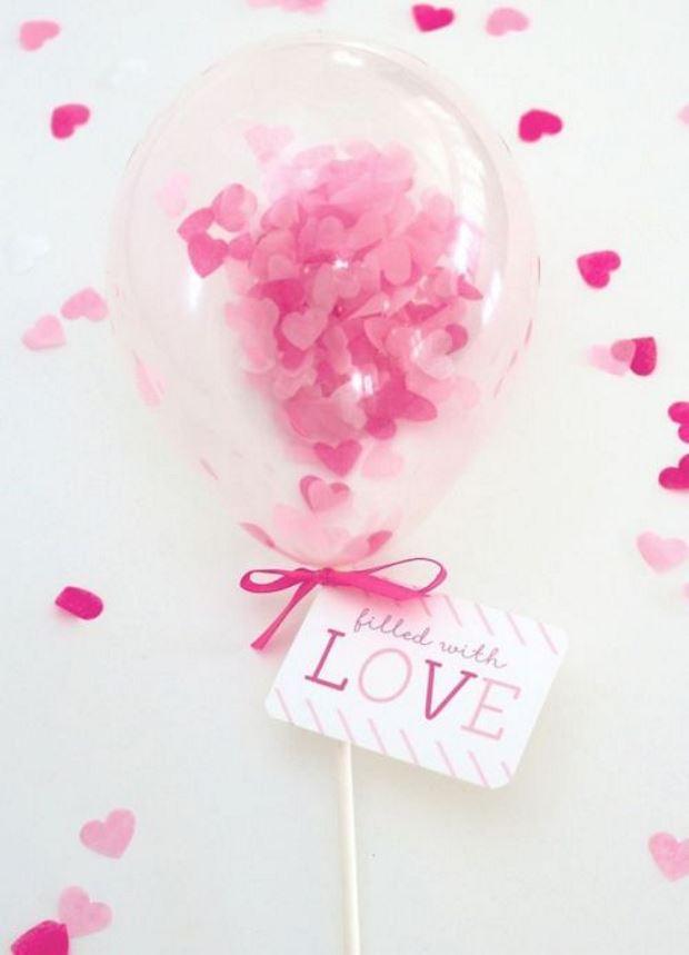 Идеи на День Святого Валентина: шарик с розовой мишурой