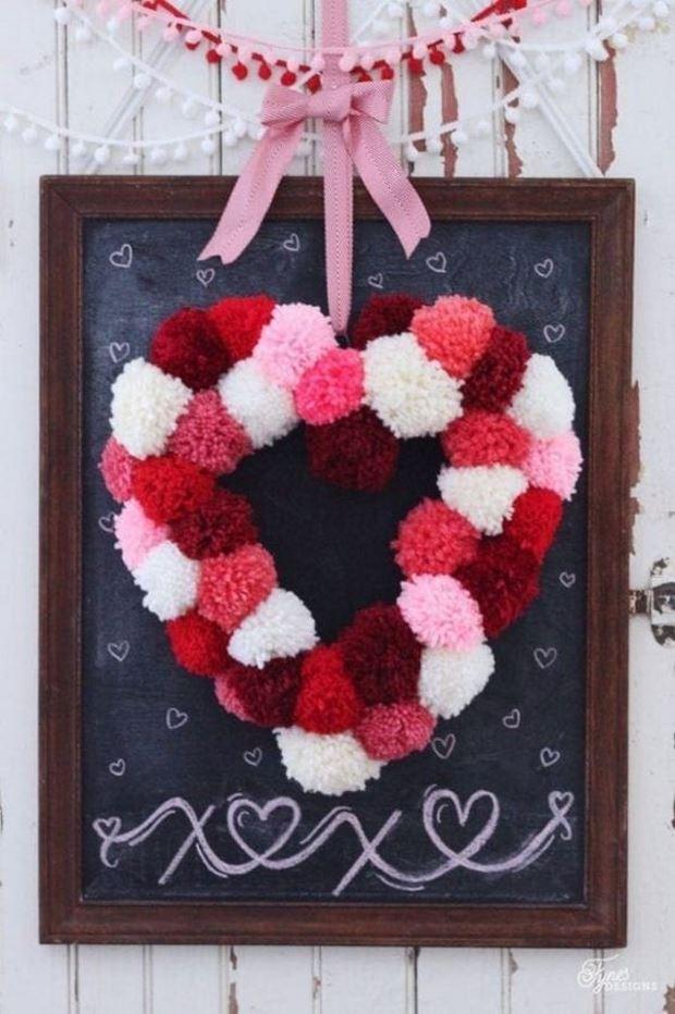Идеи на День Святого Валентина: венок сердце из помпонов