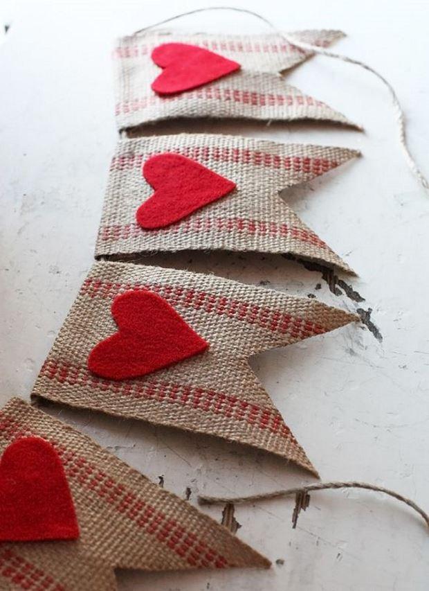 Идеи на День Святого Валентина: флажки из мешковины и сердечек