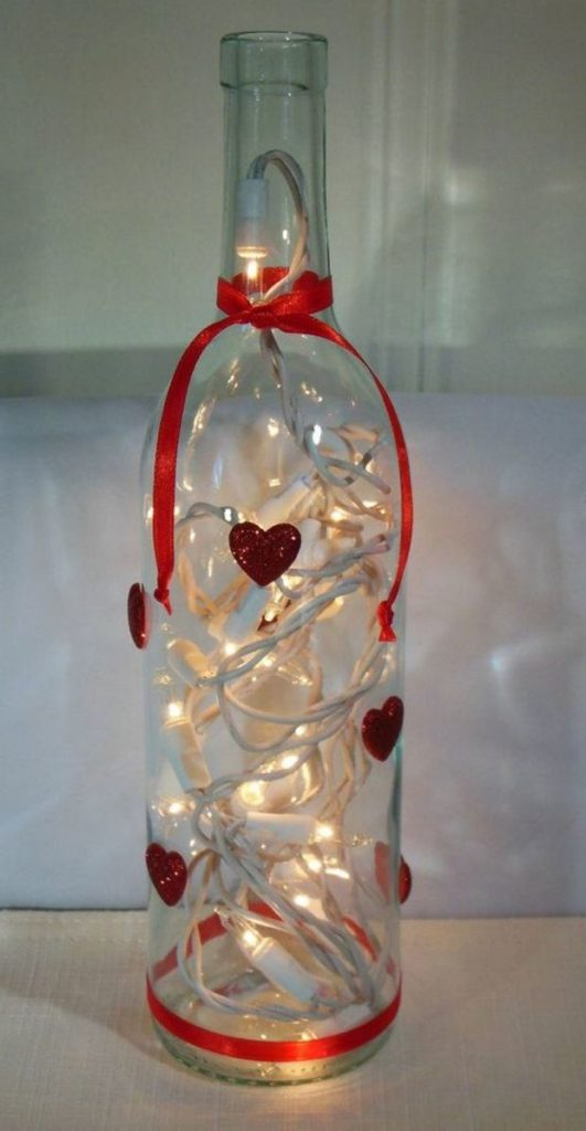 Идеи на День Святого Валентина: бутылка с гирляндой и красной ленточкой