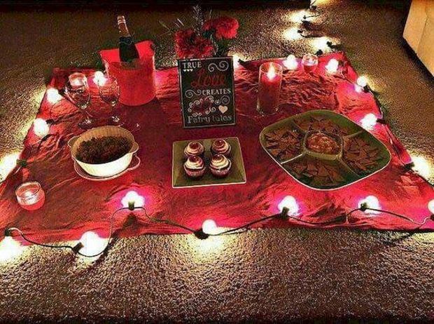 Идеи на День Святого Валентина: пикник на красном покрывале