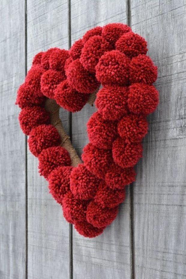 Идеи на День Святого Валентина: венок из красных помпонов