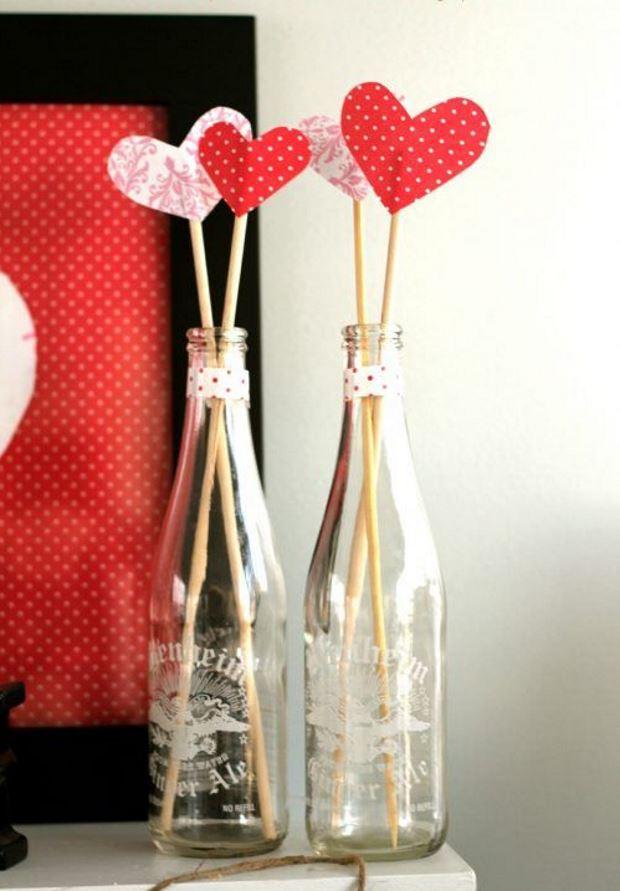 Идеи на День Святого Валентина:сердечки на шпажках в бутылках