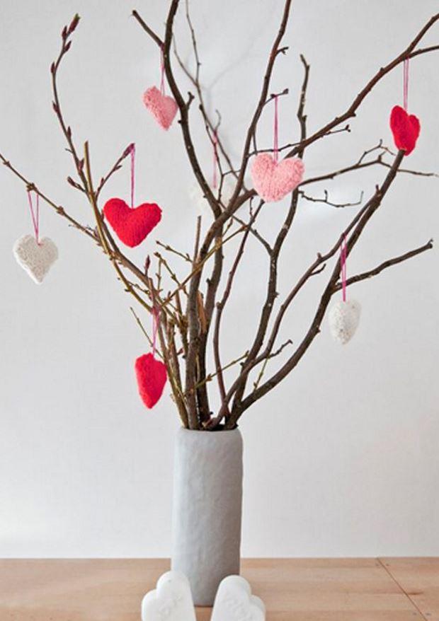 Идеи на День Святого Валентина: ветки украшены сердечками