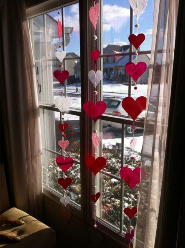 Идеи на День Святого Валентина: сердечки на окне