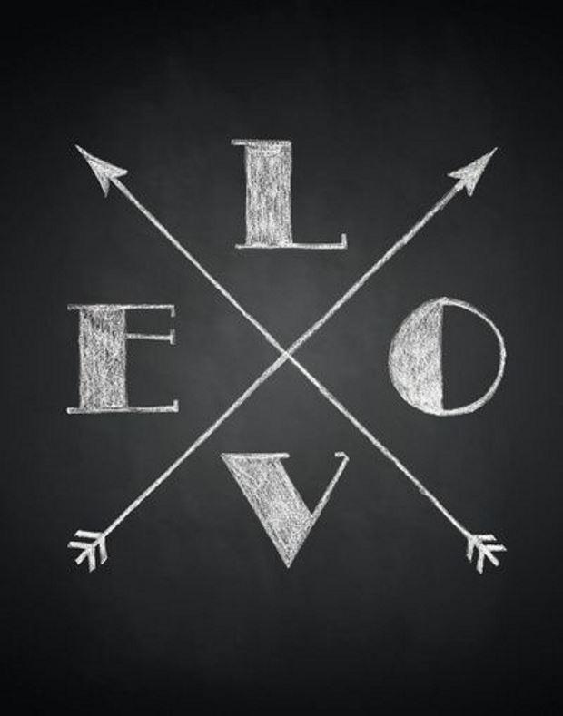 Идеи на День Святого Валентина: рисунок мелом love и стрелы