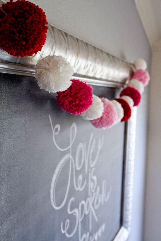 Идеи на День Святого Валентина: гирлянда из помпонов