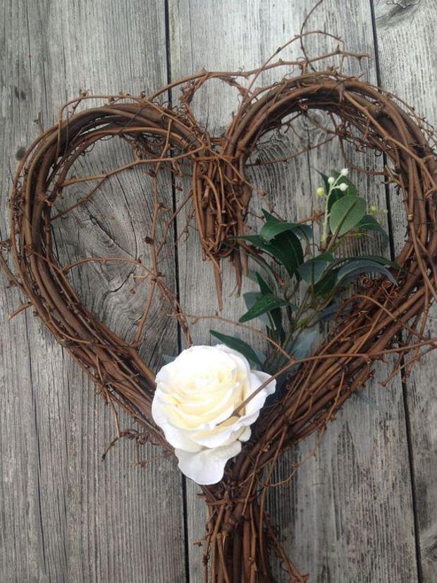 Идеи на День Святого Валентина: венок сердце из веток