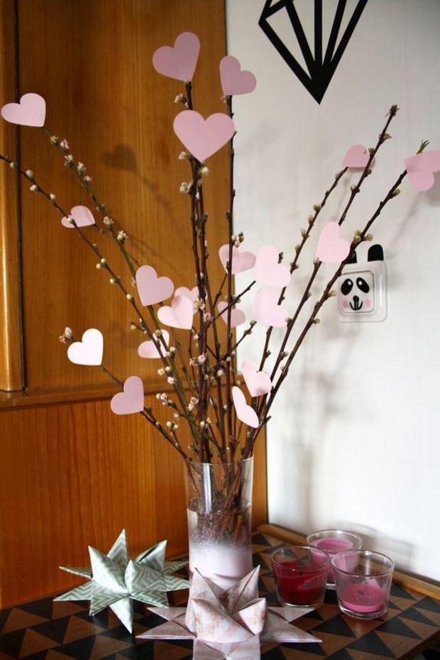Идеи на День Святого Валентина: ветки в вазе украшены розовыми сердечками