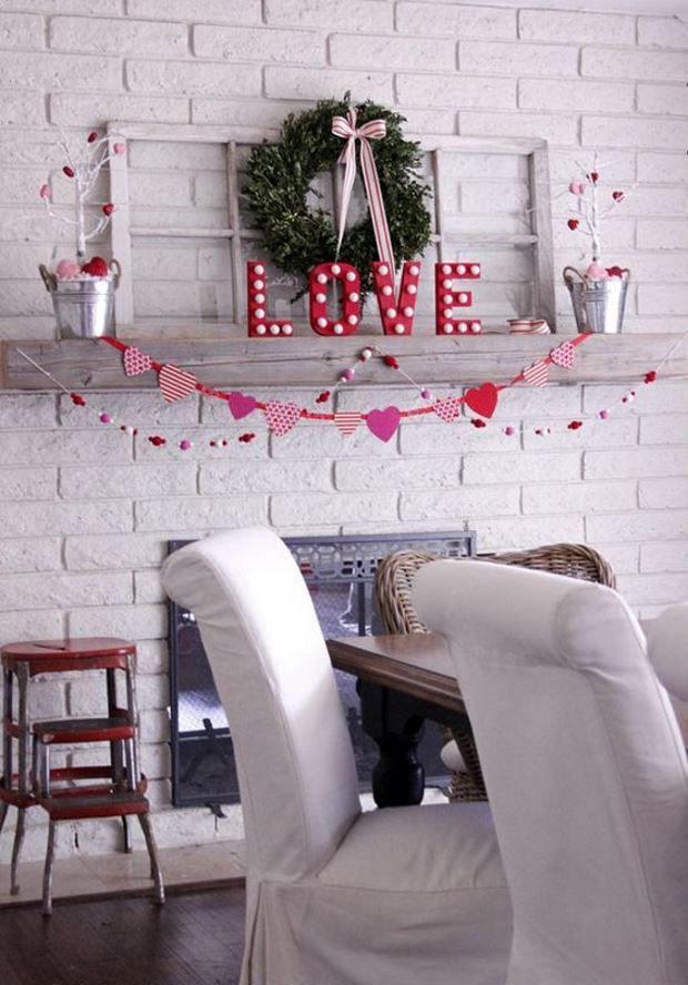 Идеи на День Святого Валентина: гирлянда из сердечек на полке