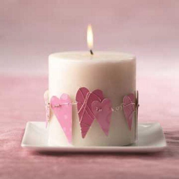 Идеи на День Святого Валентина: свеча с розовыми сердечками